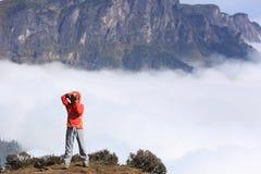 拍照片的少妇远足者 免版税库存图片