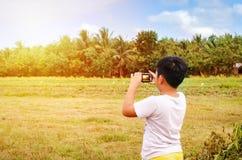 拍照片的年轻摄影师 库存图片