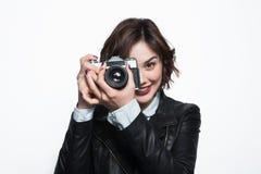 拍照片的微笑的女孩 免版税库存图片