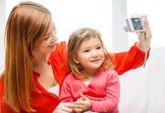拍照片的微笑的母亲和女儿 库存照片