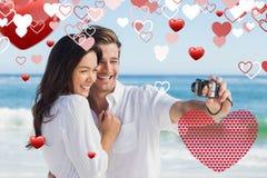 拍照片的愉快的夫妇的综合图象 免版税库存图片