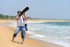 拍照片的摄影师在海滩 库存照片