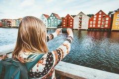 拍照片的旅客妇女由智能手机观光的特隆赫姆市 免版税库存照片
