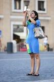 拍照片的旅游妇女 图库摄影