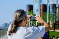 拍照片的旅游采取的照片人摄影师使用智能手机照相机 男性旅客观光的参观的地标 库存照片