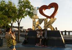 拍照片的游人在亚庇江边 免版税库存图片