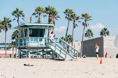 拍照片的游人在海湾在威尼斯海滩的手表塔附近在加利福尼亚美国 免版税图库摄影
