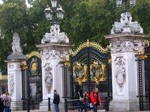 拍照片的游人在白金汉宫伦敦英国门  图库摄影