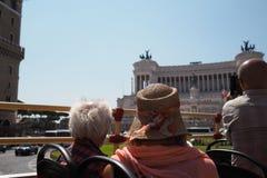 拍照片的游人在罗马 免版税图库摄影