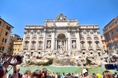 拍照片的游人在2013年8月19日的Trevi喷泉在罗马,意大利 免版税库存照片