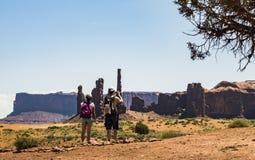 拍照片的游人夫妇在三个姐妹,纪念碑谷 库存图片