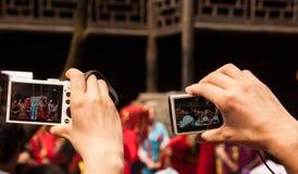 拍照片的游人 免版税库存图片