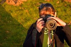 拍照片的美丽的妇女 免版税库存图片