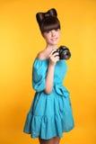 拍照片的美丽的愉快的微笑的青少年的女孩 俏丽的模型我 库存图片