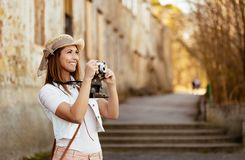 拍照片的美丽的游人外面 免版税库存照片