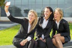 拍照片的衣服的三名妇女 免版税库存照片