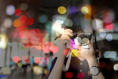 拍照片的被弄脏的概念年轻摄影师在晚上与 库存照片