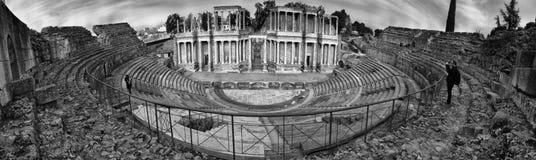 拍照片的访客对梅里达,西班牙罗马剧院  免版税库存图片