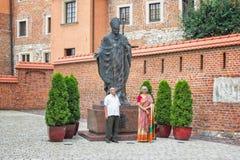 拍照片的资深印地安夫妇在圣约翰保禄二世教皇附近的纪念碑 库存照片