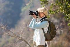 拍照片的资深远足者 免版税库存照片