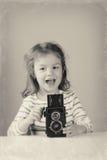 拍照片的逗人喜爱的女孩 免版税图库摄影