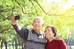拍照片的高级夫妇 免版税图库摄影