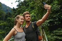 拍照片 旅游制造的Selfie夫妇在度假 旅行 免版税库存照片