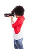 拍照片-黑pe的年轻非裔美国人的摄影师 免版税库存照片