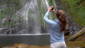 拍爱瀑布的照片妇女在Sapa,越南 股票录像