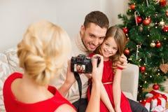 拍父亲和女儿的照片母亲 免版税库存图片