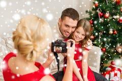 拍父亲和女儿的照片母亲 库存照片