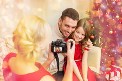 拍父亲和女儿的照片母亲 库存图片