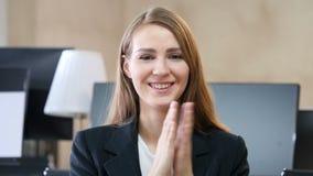 拍的妇女在办公室,鼓掌 股票录像