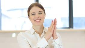 拍的妇女,鼓掌 股票视频