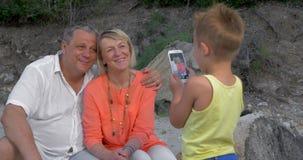 拍祖父母的照片有手机的孩子 股票录像