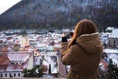 拍老城市的照片女孩 库存照片