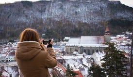 拍老城市的照片女孩 免版税库存照片