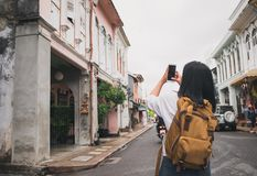 拍老镇ci的照片旅客背包徒步旅行者用途手机 免版税库存图片
