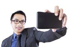 拍自已照片的亚裔企业家 免版税图库摄影