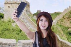 拍自已照片的亚裔女孩 免版税图库摄影