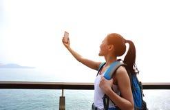 拍自已照片的妇女远足者 免版税图库摄影