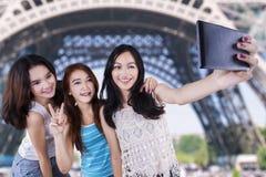 拍自已照片的小组偶然女孩 免版税图库摄影