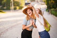 拍自已照片的朋友在旅途期间 免版税图库摄影