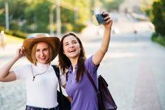 拍自已照片的朋友在旅途期间 免版税库存图片