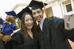 拍自已的照片两个毕业生外面 库存照片