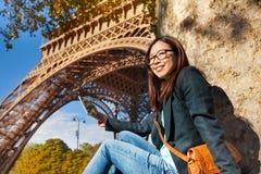 拍艾菲尔铁塔的照片美丽的少妇 免版税图库摄影