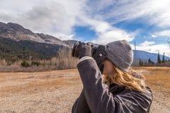 拍落矶山的照片的女孩 免版税库存照片