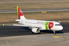 从轻拍葡萄牙航空的空中客车A319 图库摄影