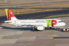 从轻拍葡萄牙航空航空公司的空中客车A-319飞机 免版税库存照片