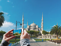 拍蓝色清真寺的照片游人 库存照片